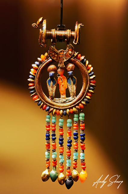 Gold Inlaid Pendant Earring with Figure of Tutankhamun in Carnelian Between Two Uraei: One of a Pair