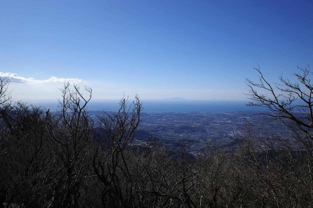 丹沢・大山登山道から眺める海