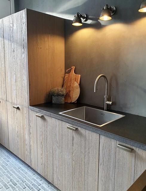 Landelijke houten keuken met waaltjesvloer