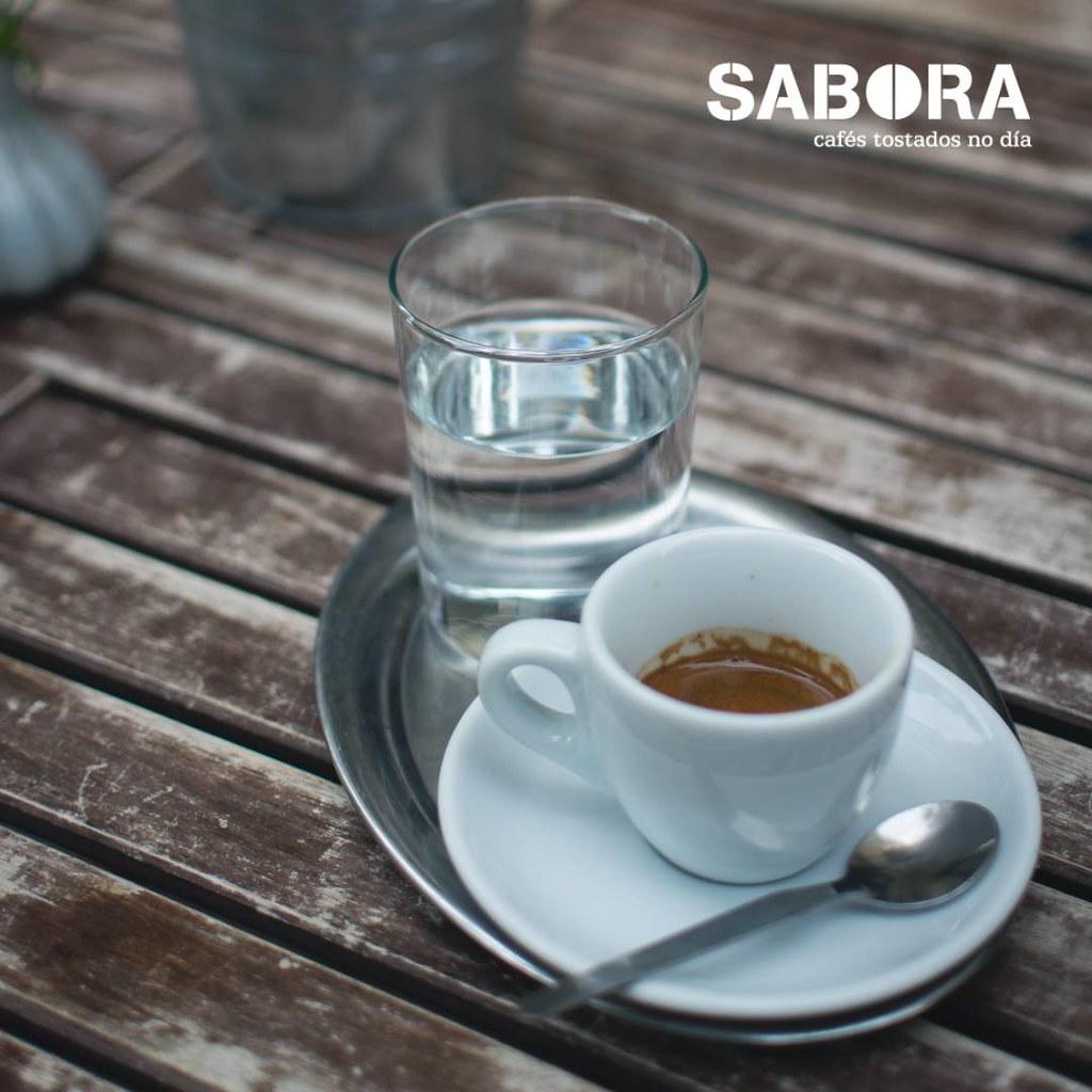 Cunca de café expreso xunto a vaso de auga