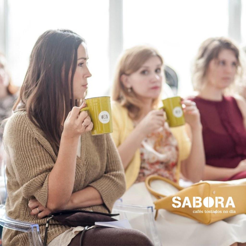 Mulleres tomando café en taza de café tipo Mugs