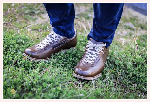 革靴 スニーカー ブラウン ジーンズとコーデ