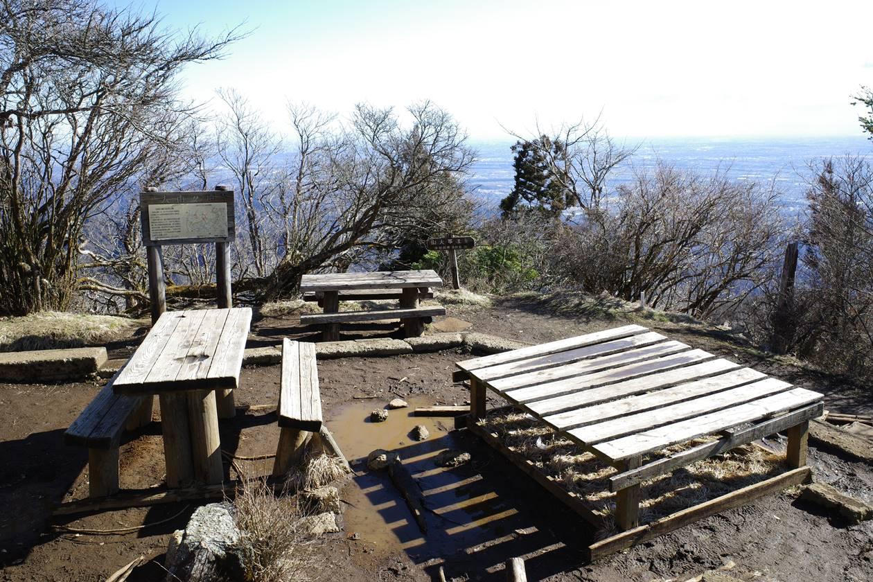 丹沢・大山山頂 誰もいないベンチ