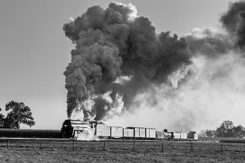 2470f4 canon77d paradise pennsylvania unitedstatesofamerica norfolkandwestern bw blackandwhite monochrome steamlocomotive engine sunrise smoke dark light contrast farm field