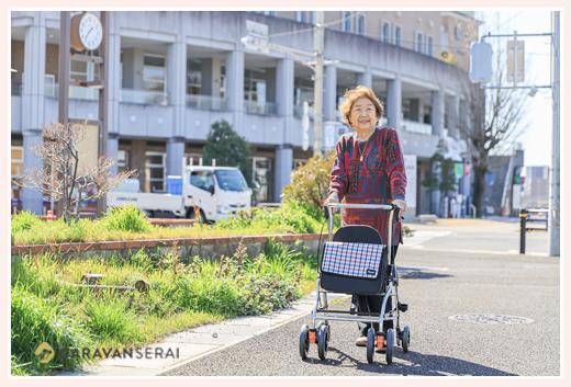 シルバーを使って散歩するシニア女性 瀬戸蔵前(愛知県瀬戸市)