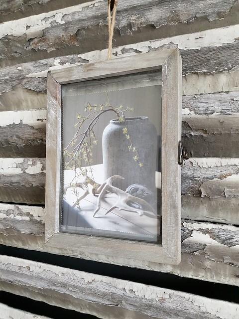 Schilderijtje aan houten luik
