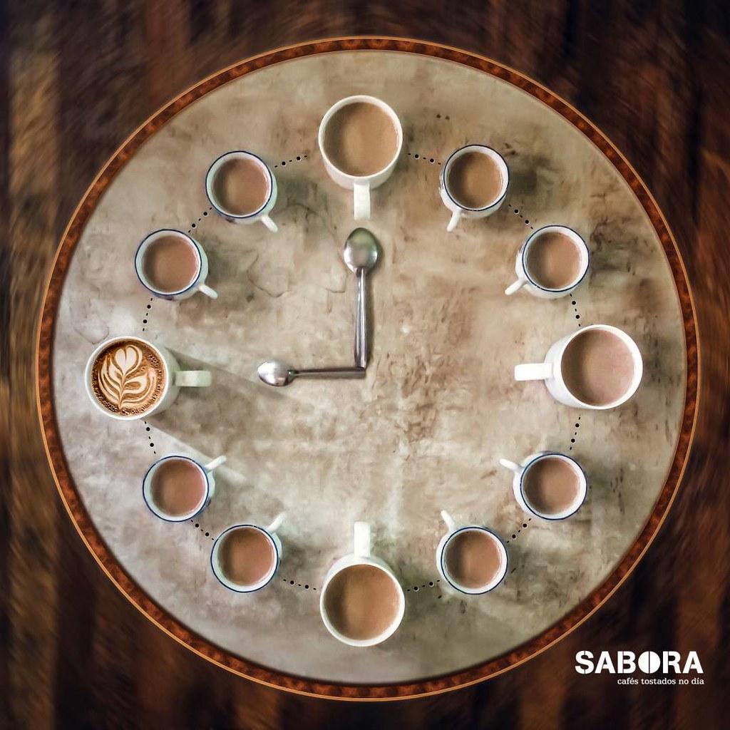Cuncas de café formando un reloxo en bandexa