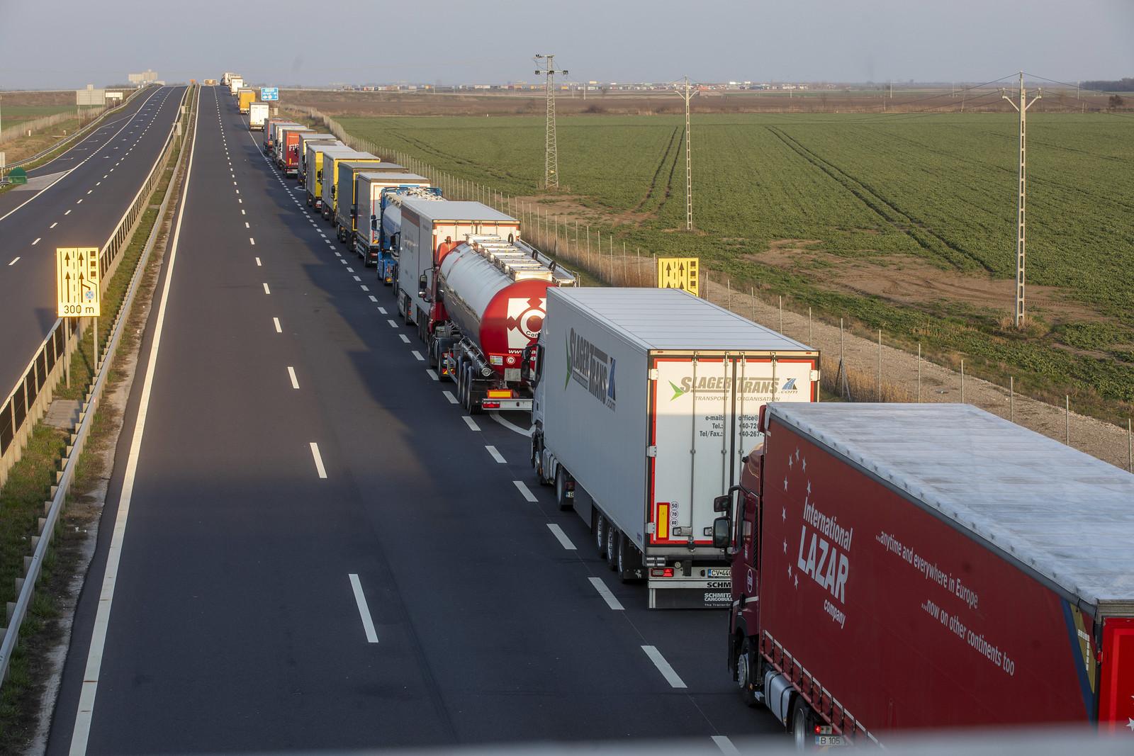 39 kilométernyi kamion vár az M43-ason arra, hogy elhagyhassa Magyarországot