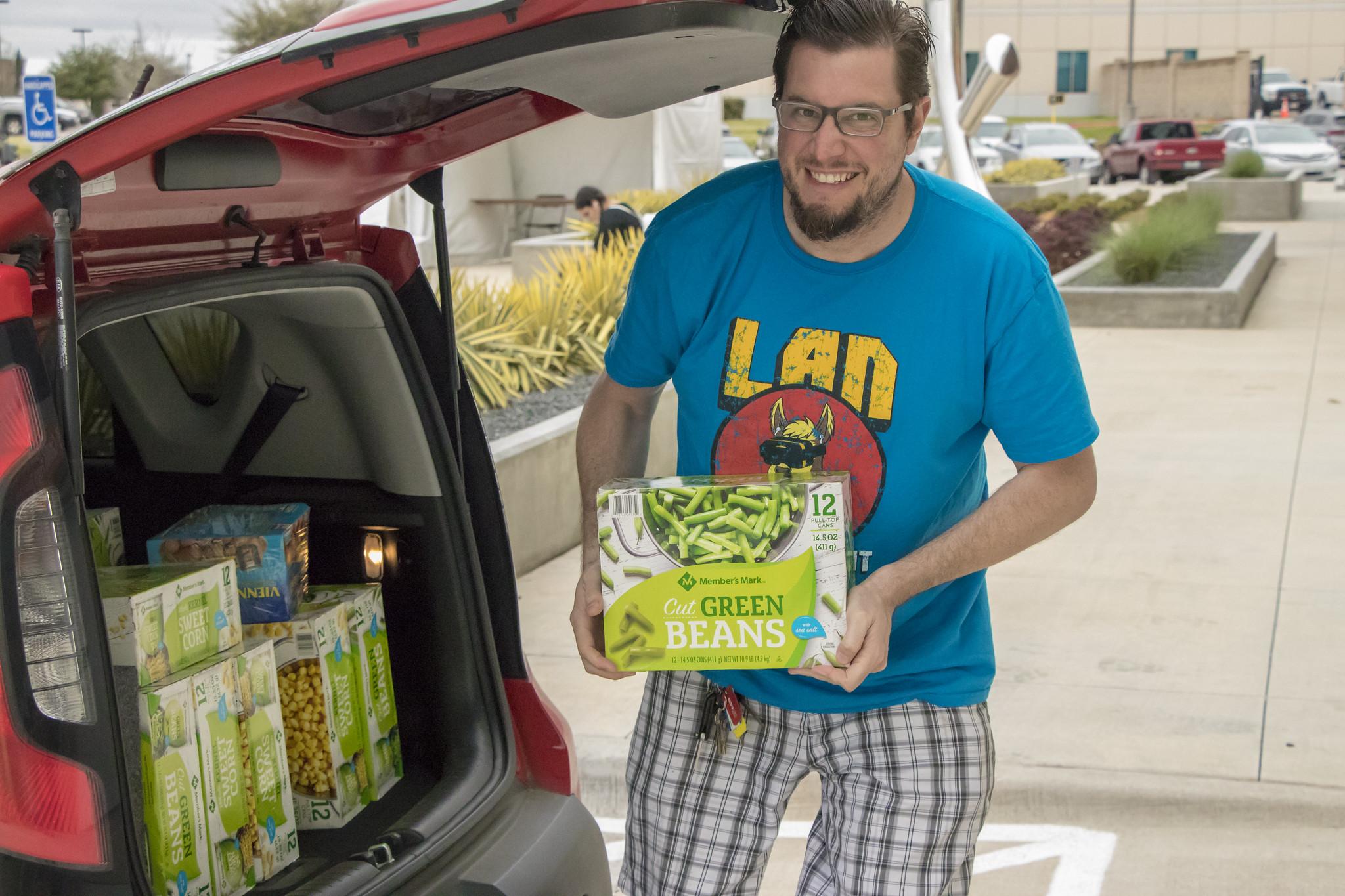 2020-03 - LAN - 09 - Food Drive - 00014