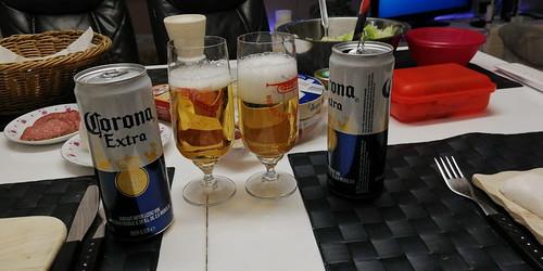 ein gut gekühltes Corona Extra trinken