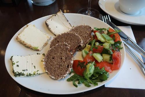 Dreierlei Frischkäse mit Vollkornbrot und Tomaten-Gurken-Ruccola-Salat