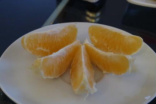 Geteilte Orange vom Obstteller auf unserem Hotelzimmer