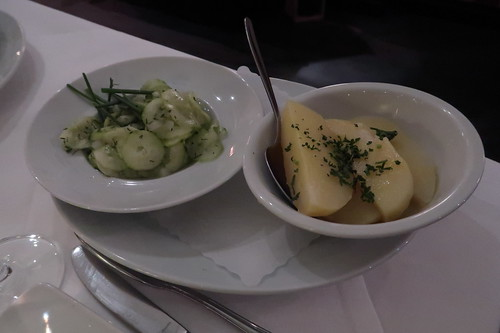 Gurkensalat und Petersilienkartoffeln (als Beilagen)