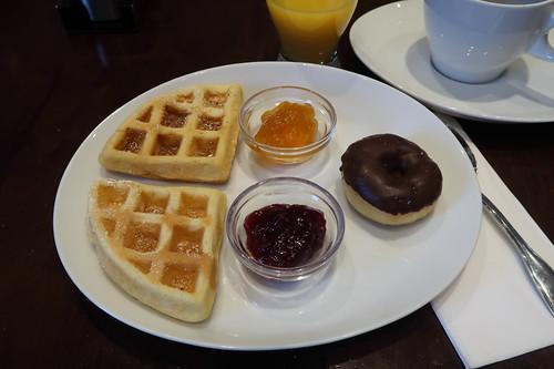 Waffeln mit Aprikosen- bzw. Himbeermarmelade sowie Mini-Donut