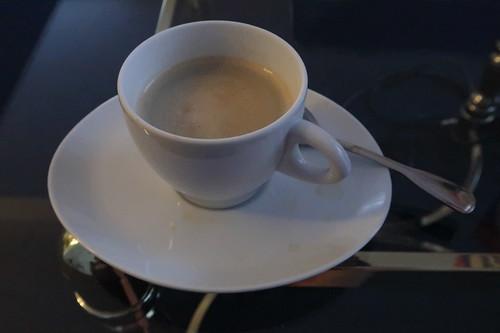 Mit einer Kapselmaschine morgens auf unserem Hotelzimmer zubereiteter Kaffee mit Milch und Zucker