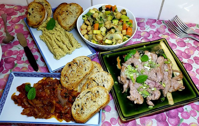 #210320 #jantar  #pato grelhado #pate de grão de bico #molho de tomate e #salada de legumes #dinner #grilled #duke #chickbeans sauce #tomato sauce and #vegetables salad