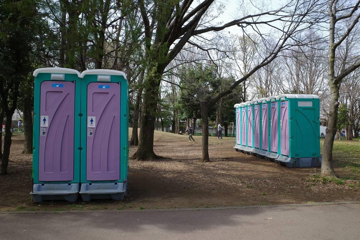 善福寺川緑地公園 お花見シーズンの仮設トイレ
