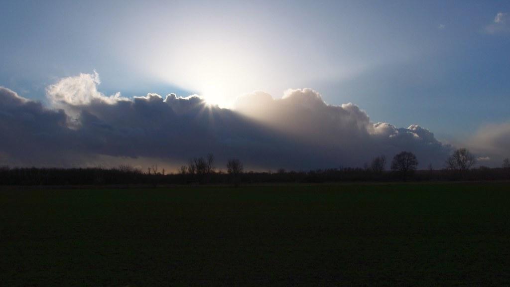 Hinter den Wolken
