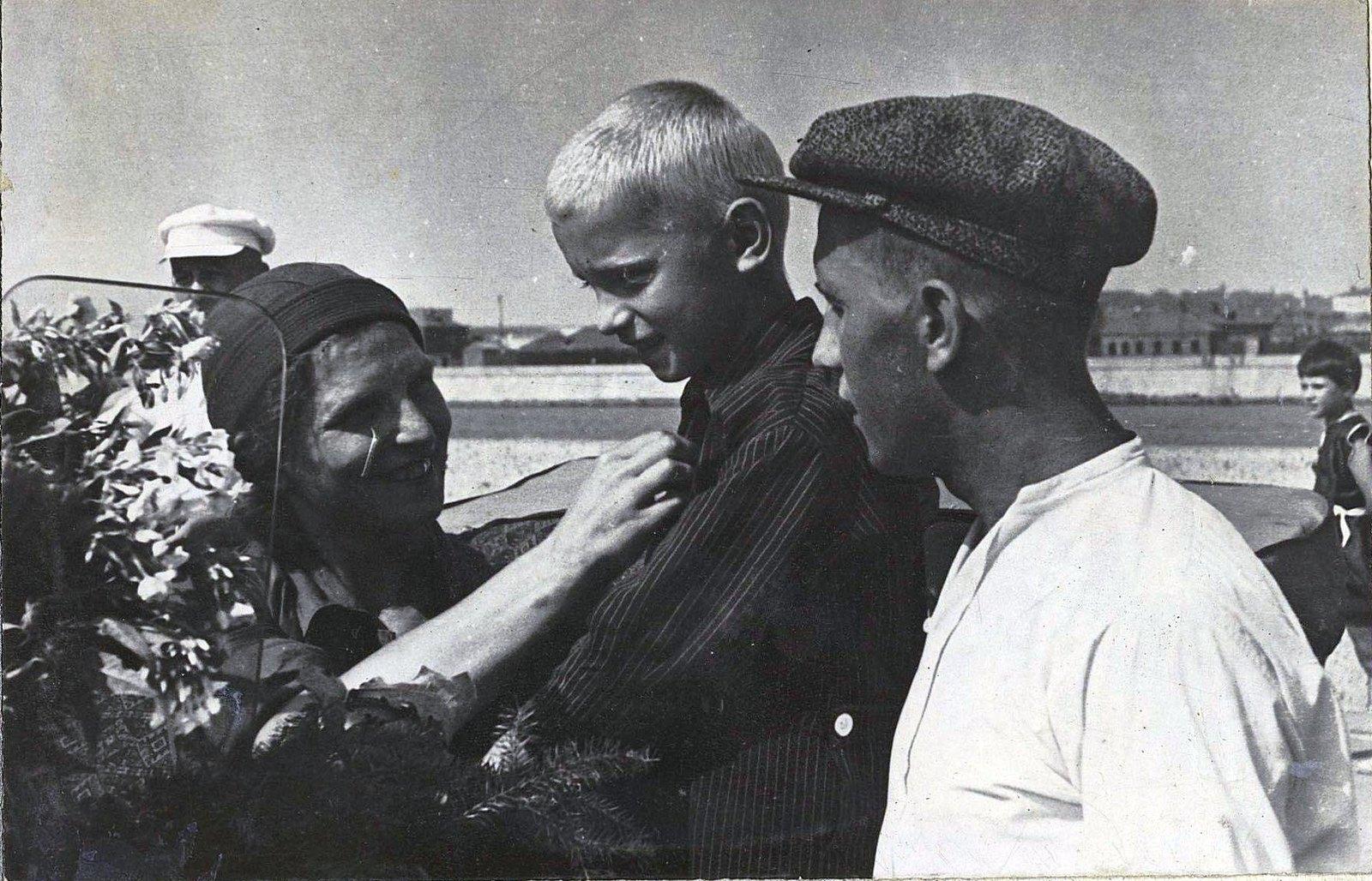 02. Водитель Анисимова прощается с сыном