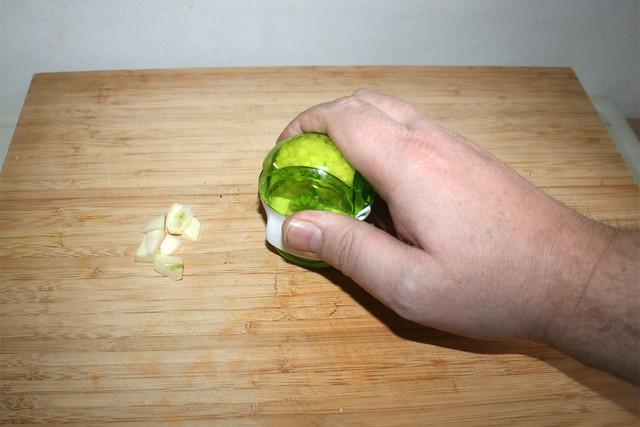 03 - Knoblauch zerkleinern / Mince garlic