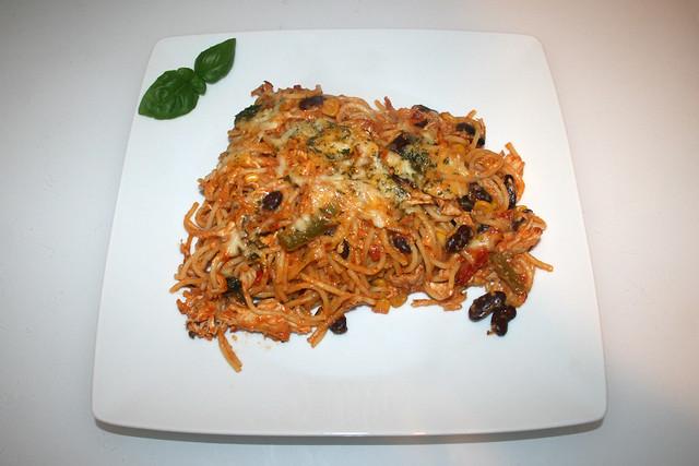46 - Creamy chicken pasta bake with home made salsa - Served / Cremiger Hähnchen-Spaghetti-Auflauf mit hausgemachter Salsa - Serviert