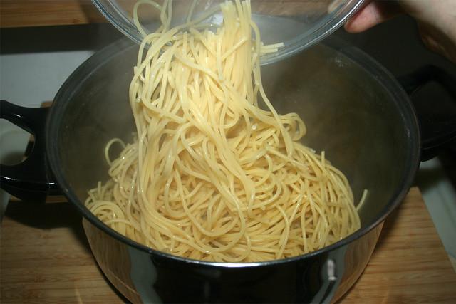 26 - Passt nicht - Nudeln in großen Topf geben / Too small - Fill pasta in big pot