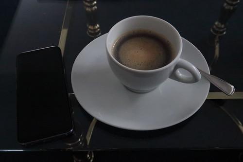 Mit einer Kapselmaschine morgens auf unserem Hotelzimmer zubereiteter Kaffee mit Zucker