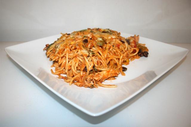 47 - Creamy chicken pasta bake with home made salsa - Side view / Cremiger Hähnchen-Spaghetti-Auflauf mit hausgemachter Salsa - Seitenansicht