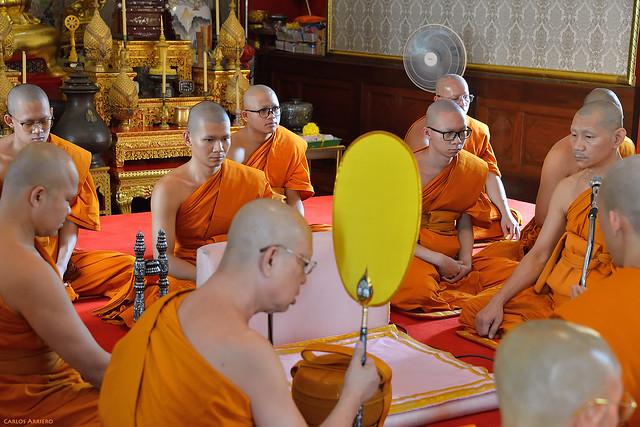 Monjes budistas en Templo de Wat Traimit o Buda de Oro, Bangkok (Tailandia).