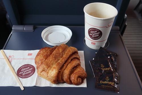 Franzbrötchen und Kaffee (auf der Zugfahrt von Hamburg zurück nach Osnabrück)