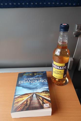"""Bionade Zitrone-Bergamotte zum Sylt-Krimi """"Schwarze Brandung"""" (auf der Zugfahrt von Westerland nach Hamburg)"""