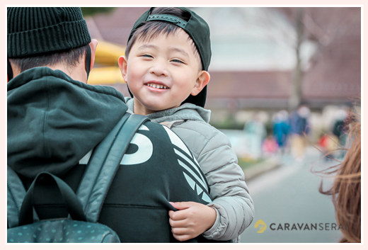 パパに抱っこされ笑顔の男の子 5才