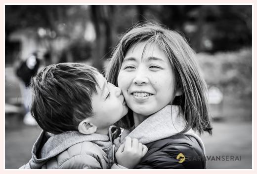 ママにキスをする男の子