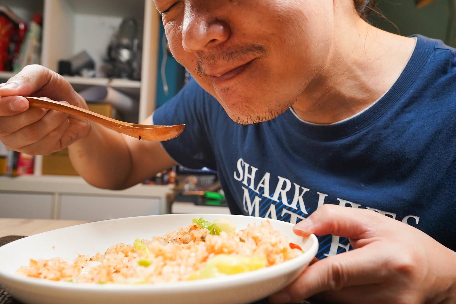 用香草熱燻不老鮭魚來炒飯