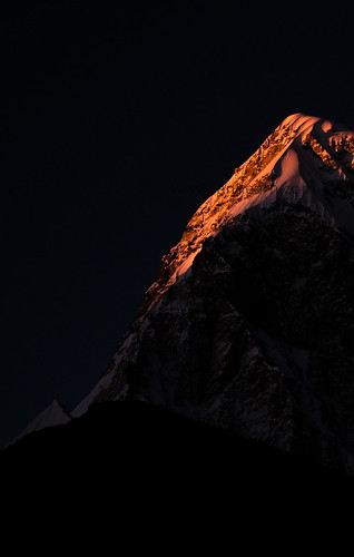 solu khumbu region everest nepal pumori mount mountain kissed by light fire ice gleaming glowing never cease awe intense heat cold color colors nikon d500 nikkor 200500 vr peak pass snow gorakshep kalapathar sunset sun set rise sunrise kiss fired