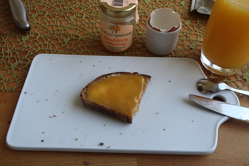 Sanddorn-Honig auf Roggenmischbrot