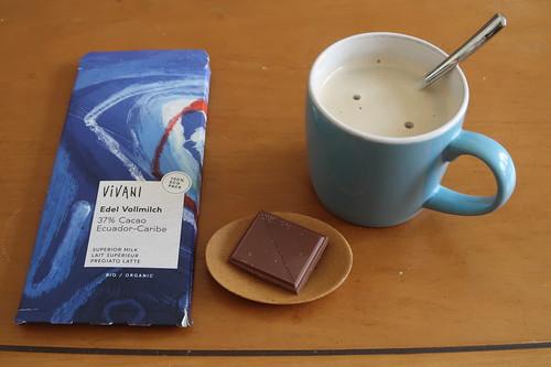 Stück Vivani Edel Vollmilch Schokolade zum Nachmittagskaffee