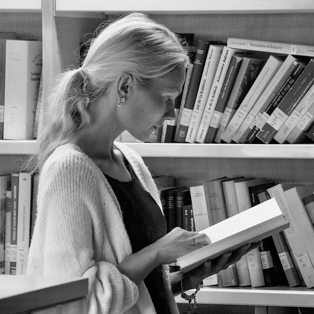 Diana Khramenok, russa, busca feina a Barcelona. Fotografiar-la ha estat un plaer. Foto feta a la Biblioteca de la UPF-Universitat Pompeu Fabra, Barcelona.