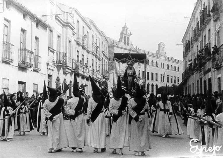 1953 trompeteros tocando ante el trono de palio.