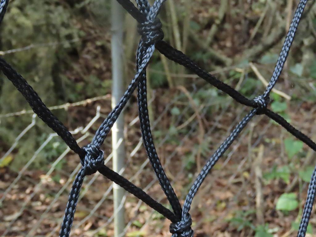軟性的尼龍網材質,可密合地面,讓野生動物進不去。攝影:廖靜蕙