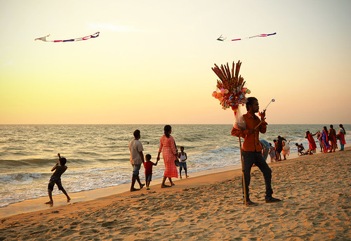 india inde kerala cherai kochi beach plage outside people personne kite cerfvolant orange crépuscule sunset dusk mer sea ocean canon eos 5ds