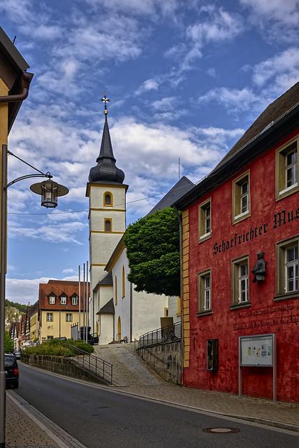 Das rote Haus vor der Kirche