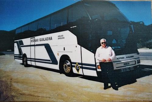 Sr Vendrell davant d'un autocar Iveco de la Hispano Igualadina