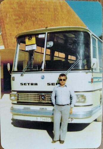 Sr Vendrell davant autocar Setra