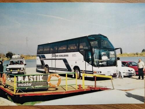 En Toni Vendrell creuant l'Ebre amb el bus