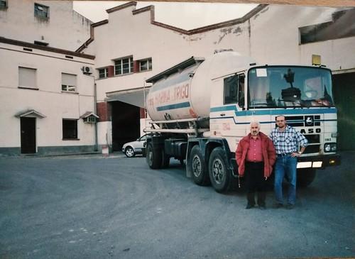 En Toni Tomàs i en Toni Vendrell davant del Pegaso 1183