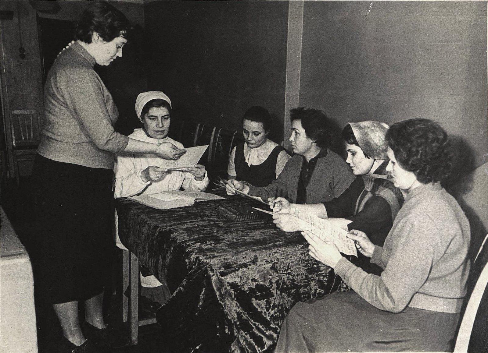 13. Представители общественности помогают медсёстрам при переписи детей.