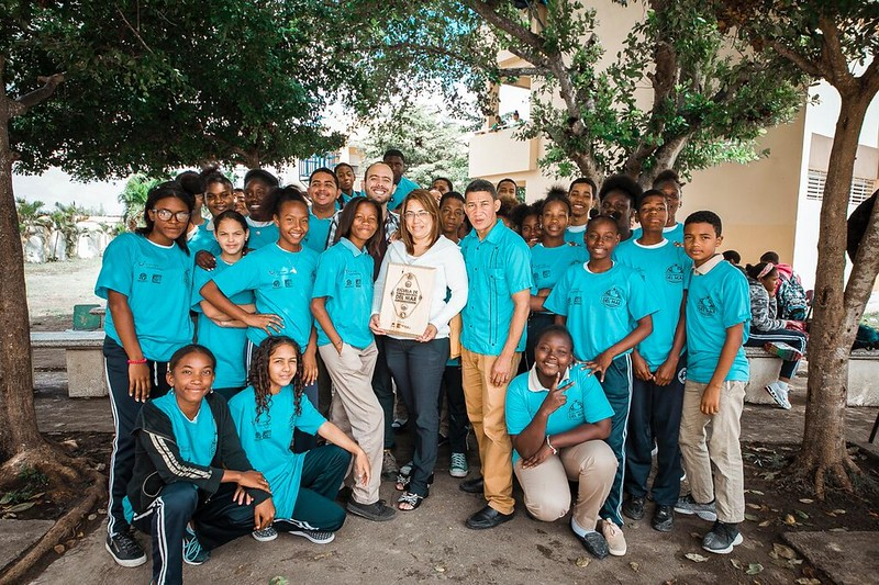Photo shows a group of TUI Junior Academy Youth Ambassadors wearing blue T-shirts. The project is part of Reef-World's conservation work that takes place through Green Fins Dominican Republic
