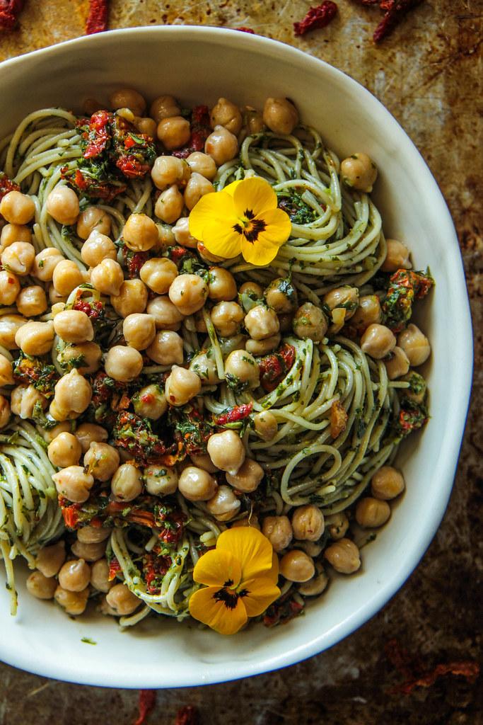 Sundried番茄Pesto面团用Garlicky Garbanzo豆(素食主义者和GF)来自Heatherchristo.com