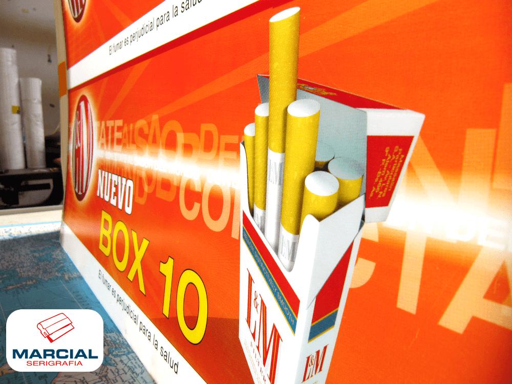 """Impresión backlight en serigrafía sobre Acrílico Translúcido de los cigarrillos """"L&M"""" impreso por Marcial Serigrafía a 4 colores CMYK apto para transiluminar."""